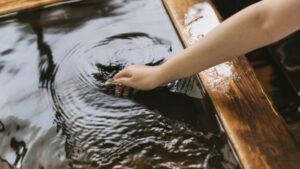 【画像】昔の女子アナの温泉中継、まさかの乳首丸出しwwwww